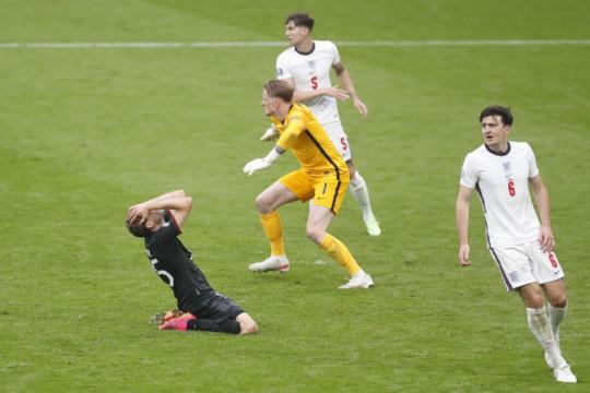 Mourinho minta Southgate tak tergoda pasang formasi tiga bek
