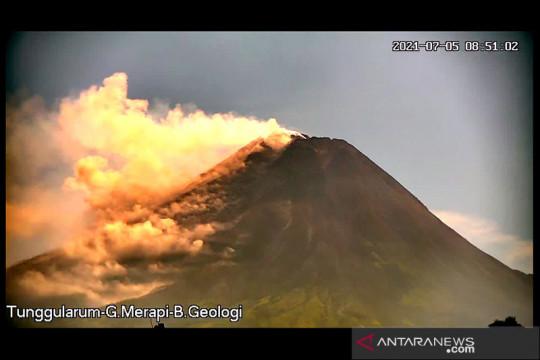 Awan panas guguran meluncur dari Gunung Merapi sejauh 1,5 km