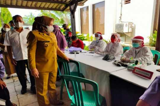 Bupati Pekalongan pastikan pekerja pabrik divaksinasi COVID
