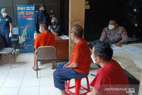 Puluhan tahanan Polrestro Jakarta Barat divaksin COVID-19