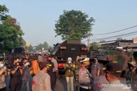 Polisi-TNI putar balik pengendara di Lenteng Agung saat PPKM Darurat