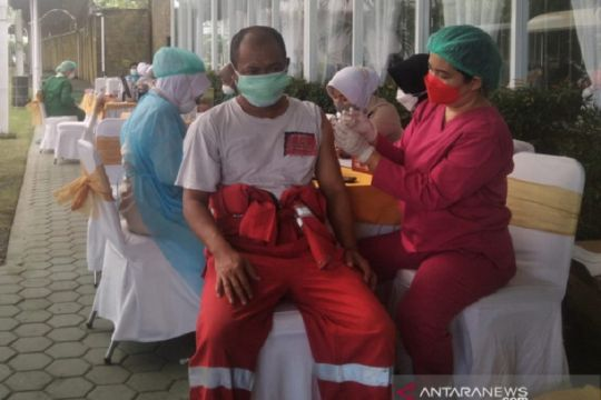 Ratusan ribu pekerja industri hulu migas telah disuntik vaksin