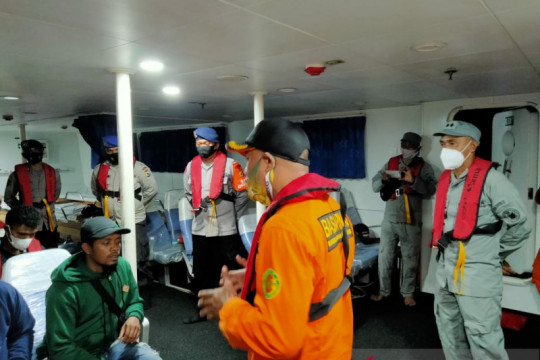 Tim SAR gabungan evakuasi tujuh penumpang kapal mati mesin