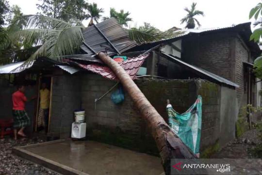 Angin kencang rusak rumah warga Aceh Barat Daya, seorang terluka
