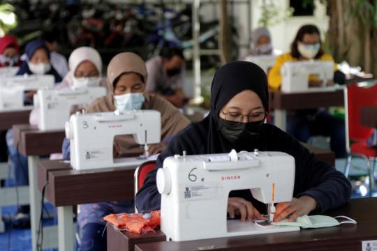 Sejumlah UMKM buat masker tiga lapis di Balai Kota Surabaya