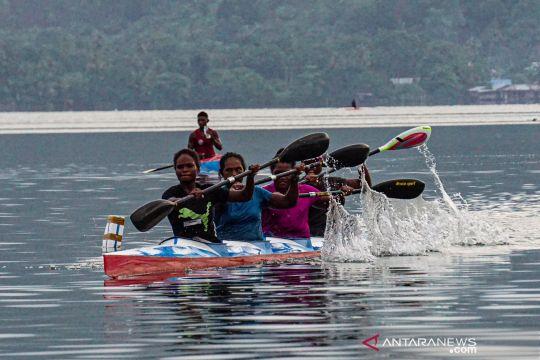 Latihan atlet dayung Papua Barat
