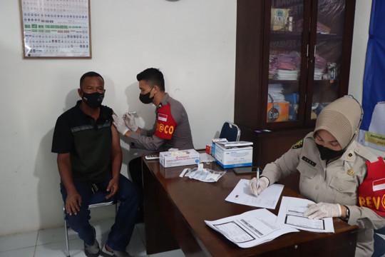 Ditlantas Polda Aceh vaksinasi COVID-19 sopir angkutan umum