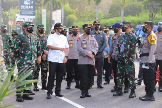 Kemarin, TNI-Polri fasilitasi vaksinasi hingga denda di PPKM Darurat