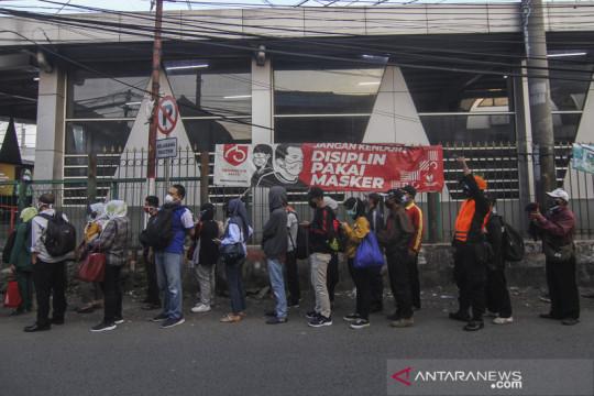Antrean penumpang KRL di Stasiun Citayam saat PPKM Darurat