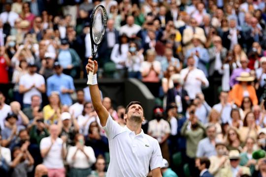 Atasi Fucsovics, Djokovic amankan tiket semifinal Wimbledon