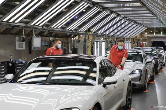 Porsche minta semua pemasok komponen beralih ke energi terbarukan