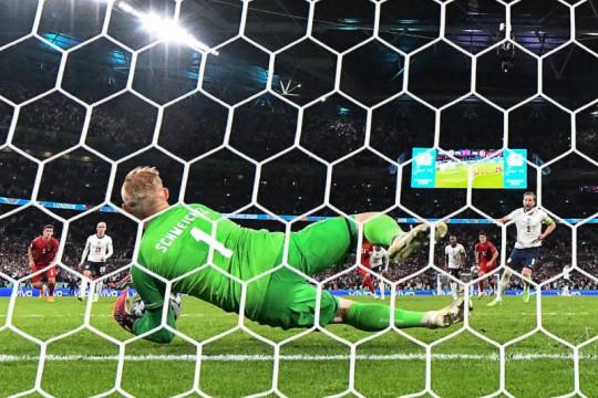 UEFA selidiki sinar laser ke arah kiper Denmark Kasper Schmeichel