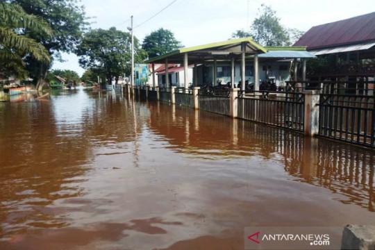 Ratusan warga di Aceh Barat masih terkurung banjir