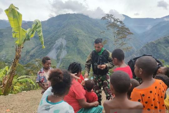 Satgas TNI ajak anak di pegunungan Papua belajar dan bermain