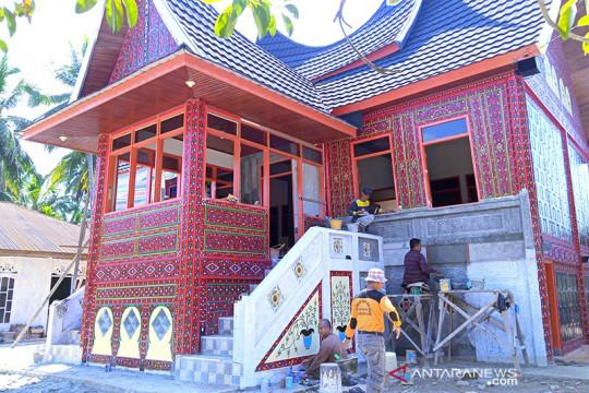 Rumah adat Minangkabau di Solok terbuat dari beton
