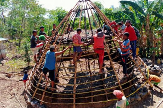 Satgas Pamtas RI-Timor Leste bantu warga bangun rumah adat