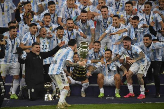 Akhir manis perjuangan gigih Messi memburu trofi bersama timnas