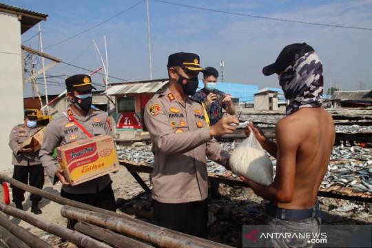 Polres Pelabuhan Tanjung Priok bagikan sembako pada warga Muara Angke