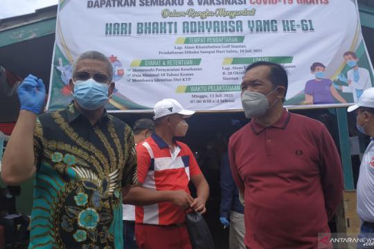 Kejati Kalbar melaksanakan vaksinasi massal dan pemberian sembako