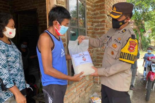 Polresta Cirebon membagikan bantuan pada warga terdampak PPKM Darurat