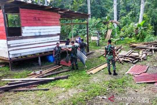 Di perbatasan RI-PNG, TNI-warga gotong royong bangun rumah tokoh adat