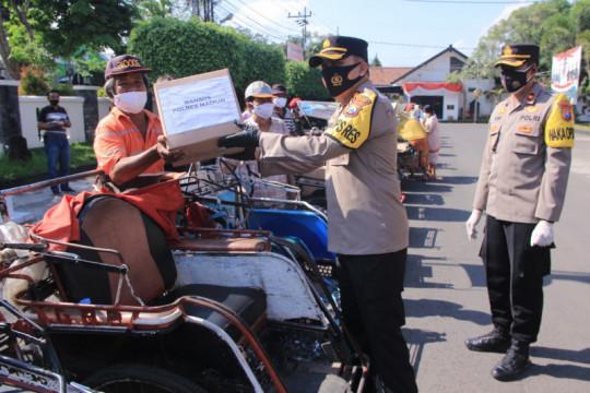 Polres Madiun beri 1.250 paket sembako untuk warga terdampak COVID-19