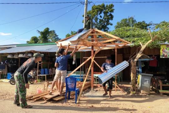 Satgas TNI membantu warga bangun poskamling di pasar perbatasan Skouw
