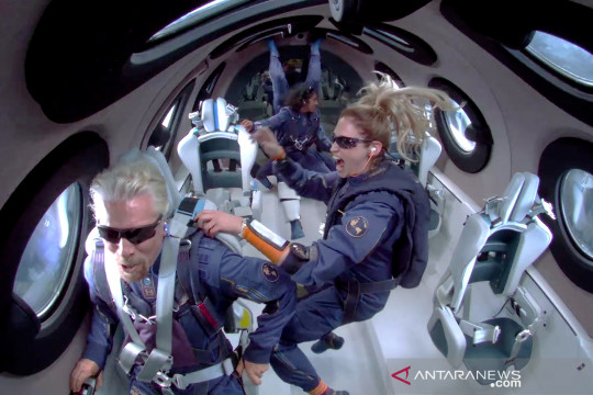 Miliarder Richard Branson sukses ke angkasa dengan Virgin Galactic