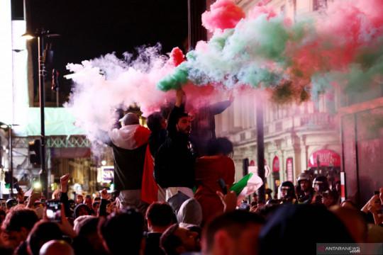 Suporter Italia bersuka cita
