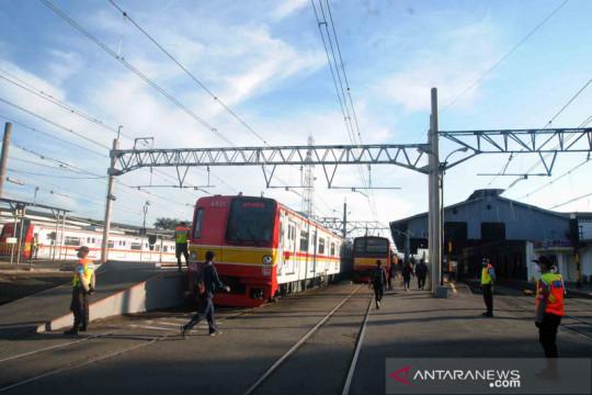 Kereta listrik berlakukan STRP, arus penumpang terpantau lengang