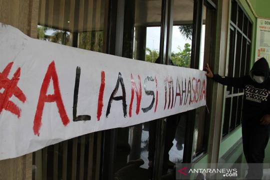 Mahasiswa IAIN segel pintu rektorat terkait tuntutan pemotongan UKT