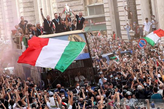Pemain Italia pawai rayakan juara Piala Eropa 2020 di kota Roma