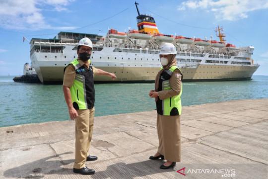 Kapal Pelni bantuan Kemenhub untuk isolasi terapung tiba di Makassar