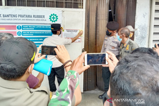 Satpol PP tutup dua pabrik di Bogor yang terpapar COVID-19