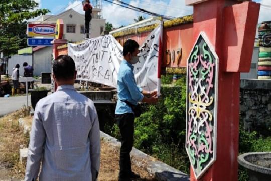 Polisi buru pemasang spanduk provokatif tidak percaya COVID-19