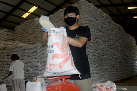 Bulog: Stok beras 7.000 ton, cukup untuk Maluku-Malut hingga Desember