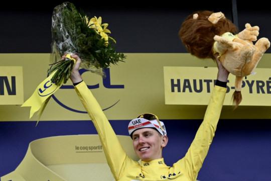 Juarai Etape 18, Pogacar kian kencang kenakan jersey kuning
