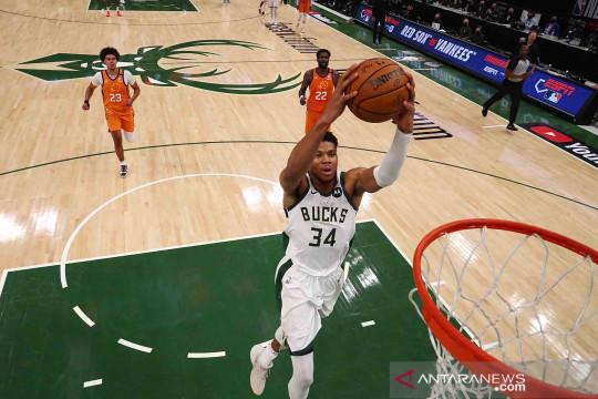 Milwaukee Bucks menyamakan kedudukan 2-2 usai menundukkan Phoenix Suns 109-103