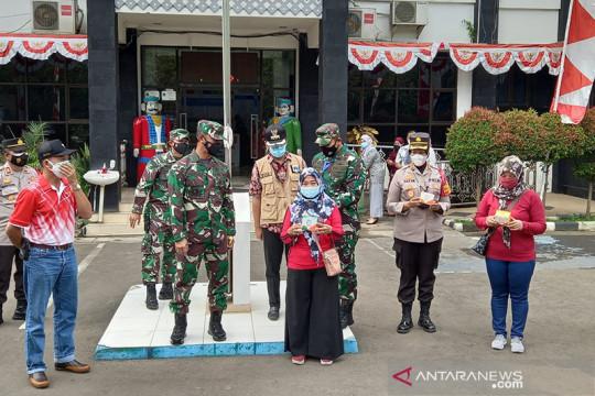 Pangdam Jaya bagikan vitamin ke warga yang sedang isoman di Cipayung