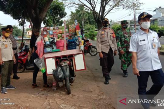 Petugas tertibkan pedagang di Jakarta Barat saat PPKM Darurat