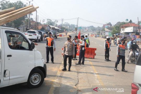 Polresta Bogor Kota menyekat kendaraan di Simpang Salabenda