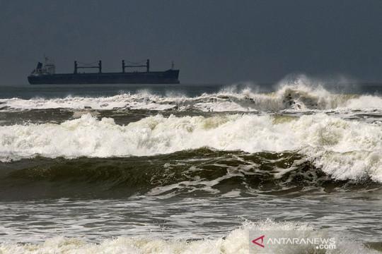 Waspadai tinggi gelombang di Selat Lombok hingga dua meter lebih