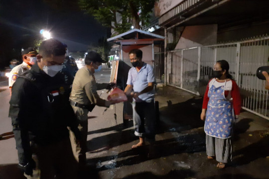 Lebih humanis, edukasi PPKM Darurat di Surabaya diiringi bantu sembako