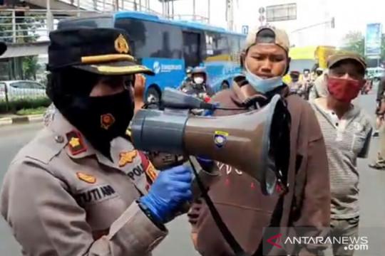 Polisi bubarkan jasa servis hp di PGC sambil bagikan sembako