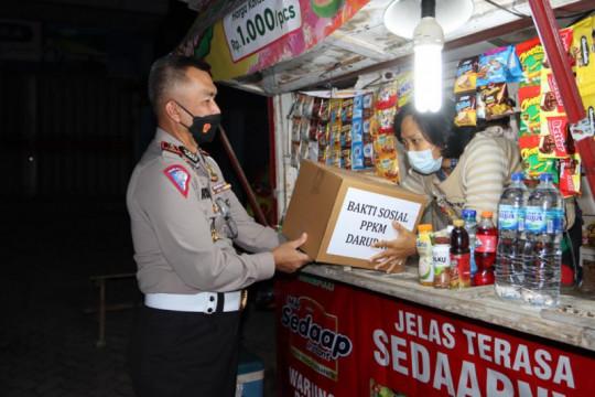 Ditlantas Polda Lampung bagikan sembako ke warga terdampak COVID-19