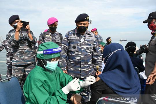 Kapal TNI dikerahkan untuk sediakan pelayanan vaksinasi bagi nelayan