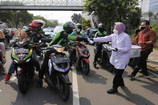 Mensos Risma susuri Jalan Matraman Raya Jaktim bagikan masker
