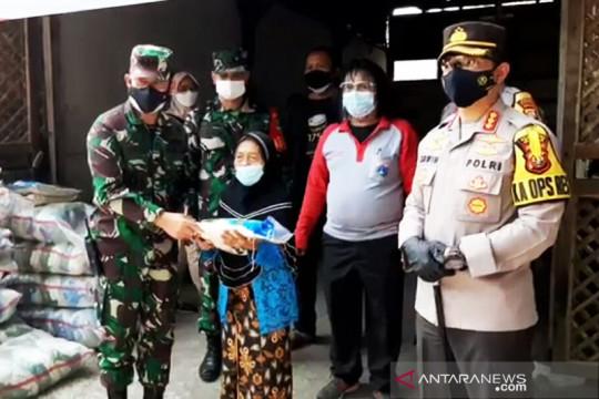 Petugas gabungan bagikan sembako dan obat untuk warga di Cakung