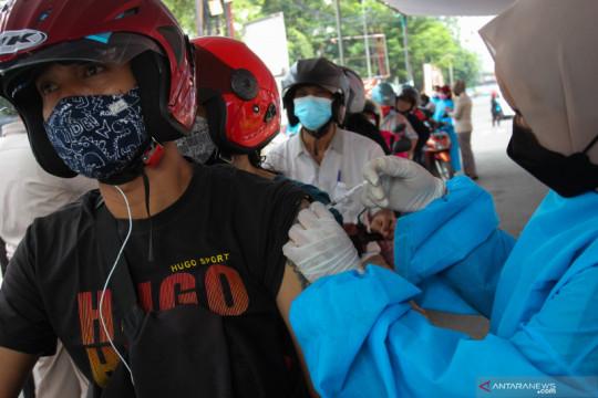 Layanan vaksinasi COVID-19 tanpa turun kendaraan di Surabaya