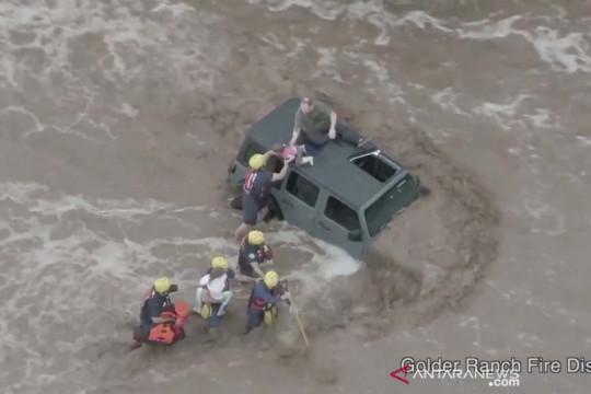 Dramatis! Penyelamatan penumpang mobil yang terseret banjir bandang di Tucson AS